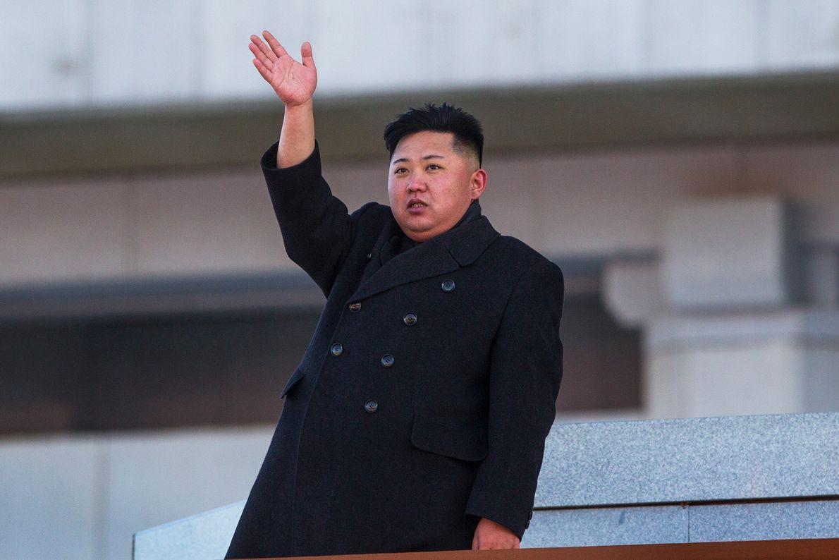 O novo líder norte-coreano Kim Jong-Un, acena na direção do Palácio do Sol de Kumsusan