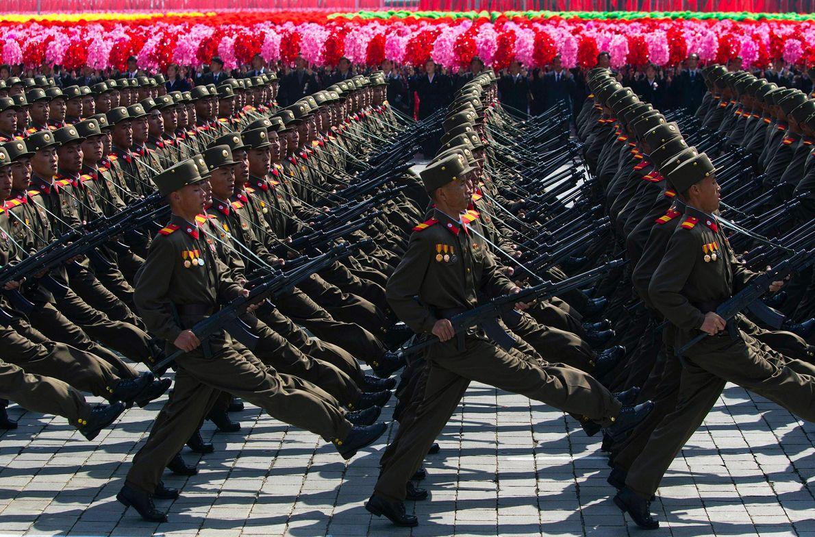 Soldados norte-coreanos marcham em frente a civis durante uma parada militar massiva, na praça Kim II ...