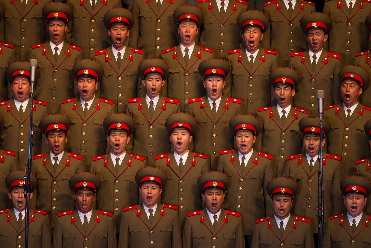 Um coro norte-coreano canta durante um concerto em Pyongyang