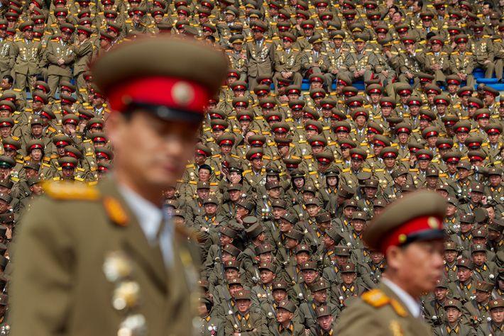 Membros do exército norte-coreano enchem um estádio em Pyongyang