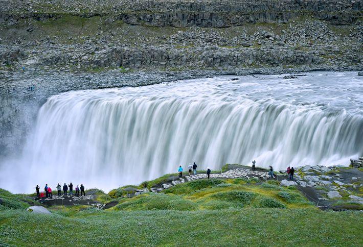 A queda de água Dettifoss, uma das mais poderosas da Europa, está localizada no interior a ...