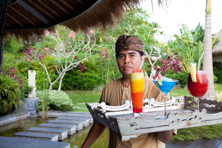 Um funcionário de uma estância turística em Bali. Os investigadores dizem que os visitantes deviam fazer ...