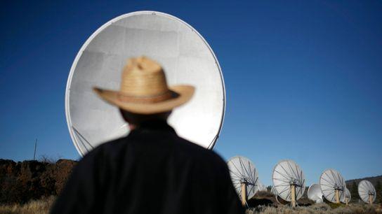 "William ""Jack"" Welch observa os radiotelescópios da Rede de Telescópio Allen."