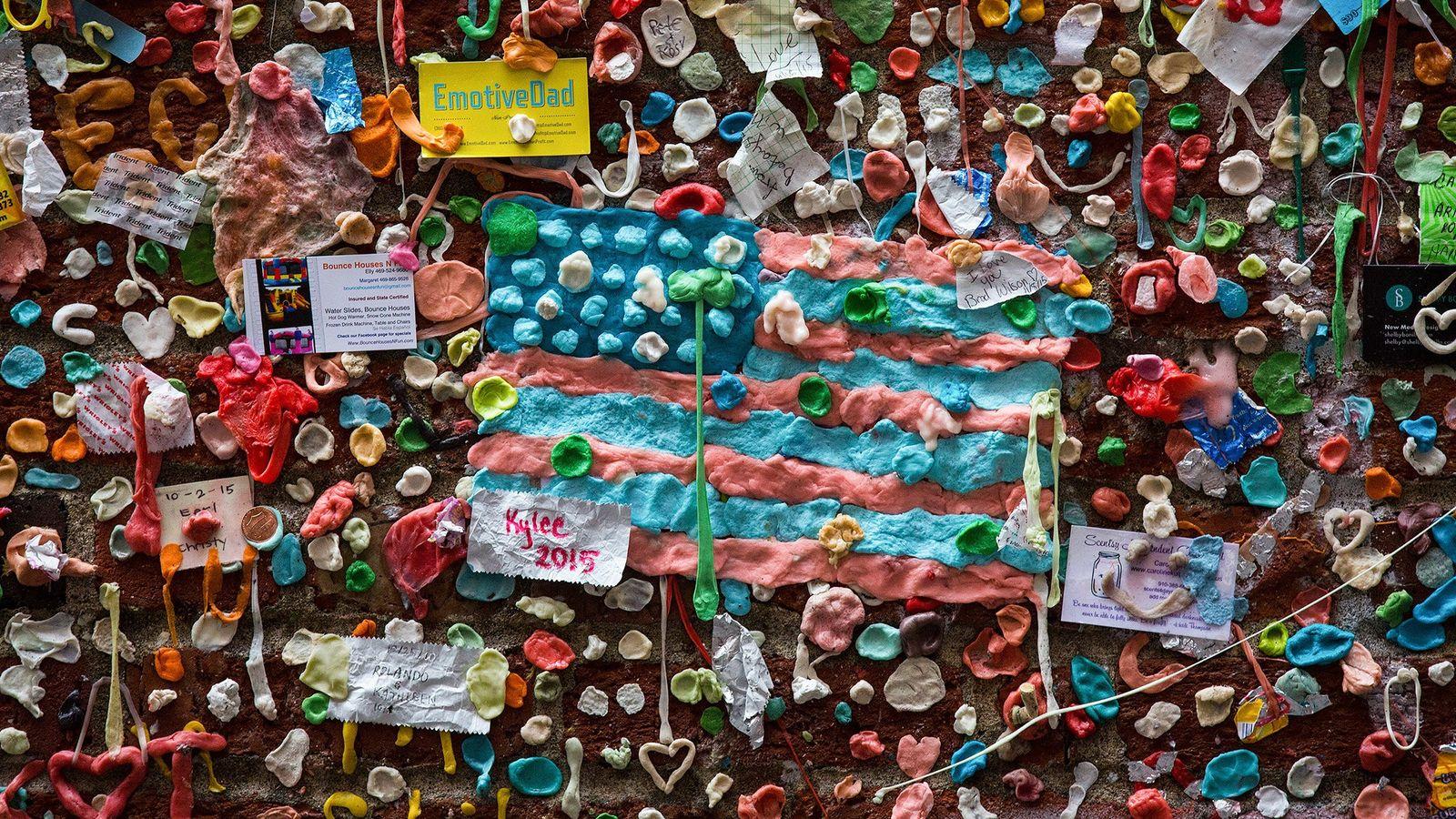 Uma bandeira feita de pastilha elástica mastigada já esteve na Gum Wall de Seattle, uma parede ...