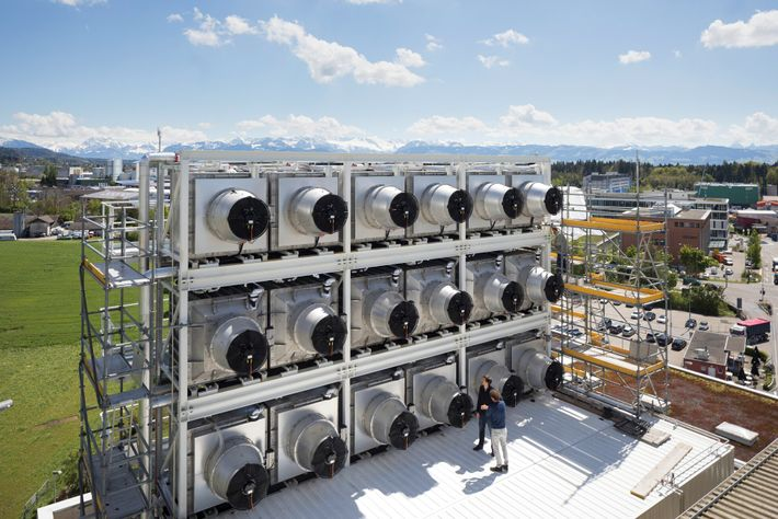 Em Hinwil, na Suíça, a Climeworks construiu uma fábrica de captura de carbono alimentada por uma ...
