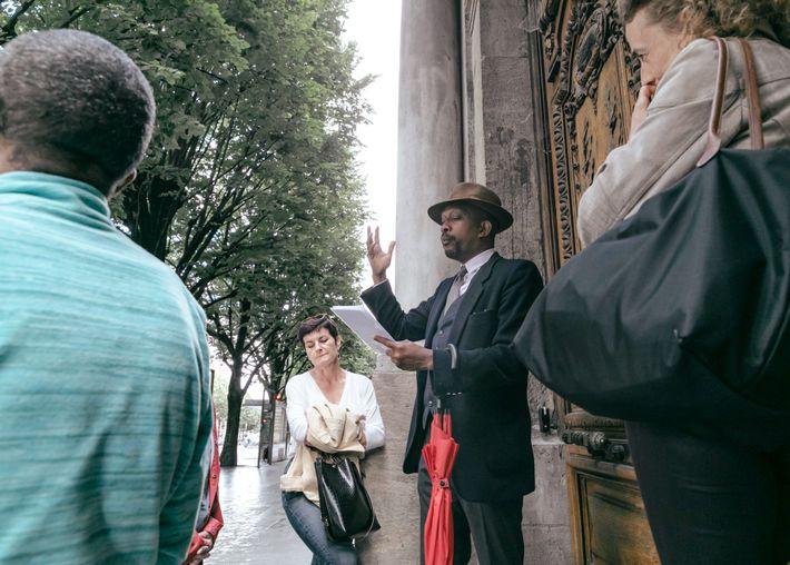 Karfa Diallo lidera uma visita pelos locais relacionados com o comércio transatlântico de escravos em Bordéus, ...