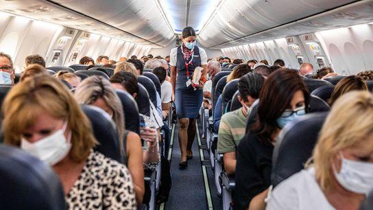 Passageiros de máscara num dos primeiros voos entre Amesterdão, nos Países Baixos, e Burgas, na Bulgária, ...