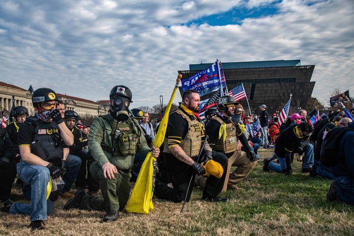 Um membro dos Proud Boys (ao centro, a segurar um chapéu) com tatuagens inspiradas nos vikings.