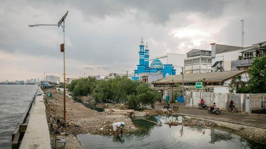 O muro de retenção de águas da Baía de Jacarta protege lojas, casas e mesquitas. Devido ...