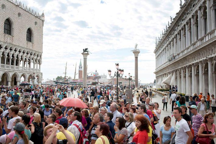 Turistas apinhados na Praça de São Marcos em Veneza, Itália, em 2013. Devido à pandemia, os ...
