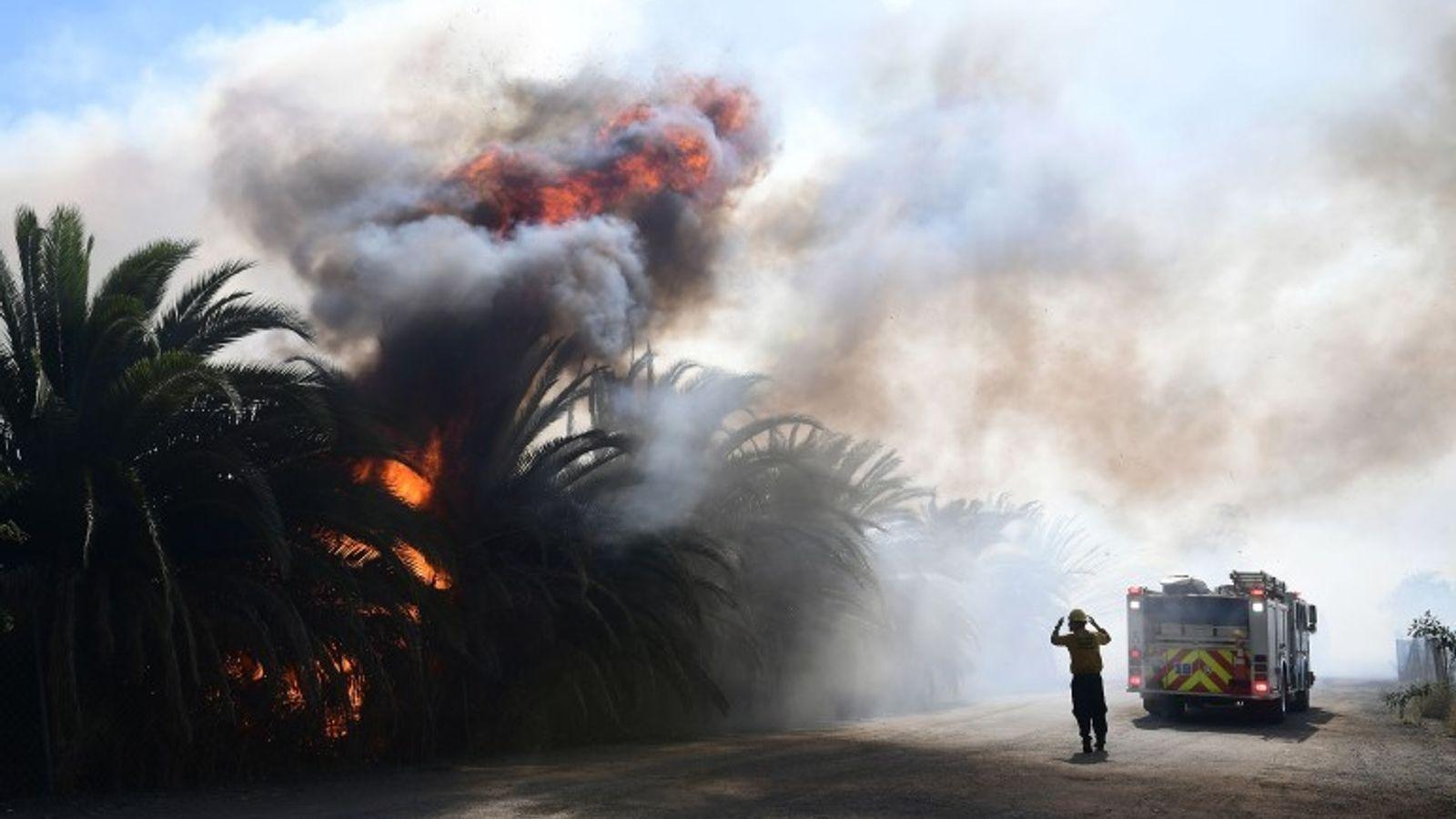 Labaredas do incêndio que deflagrou em Simi Valley, na Califórnia, no dia 30 de outubro, perto ...