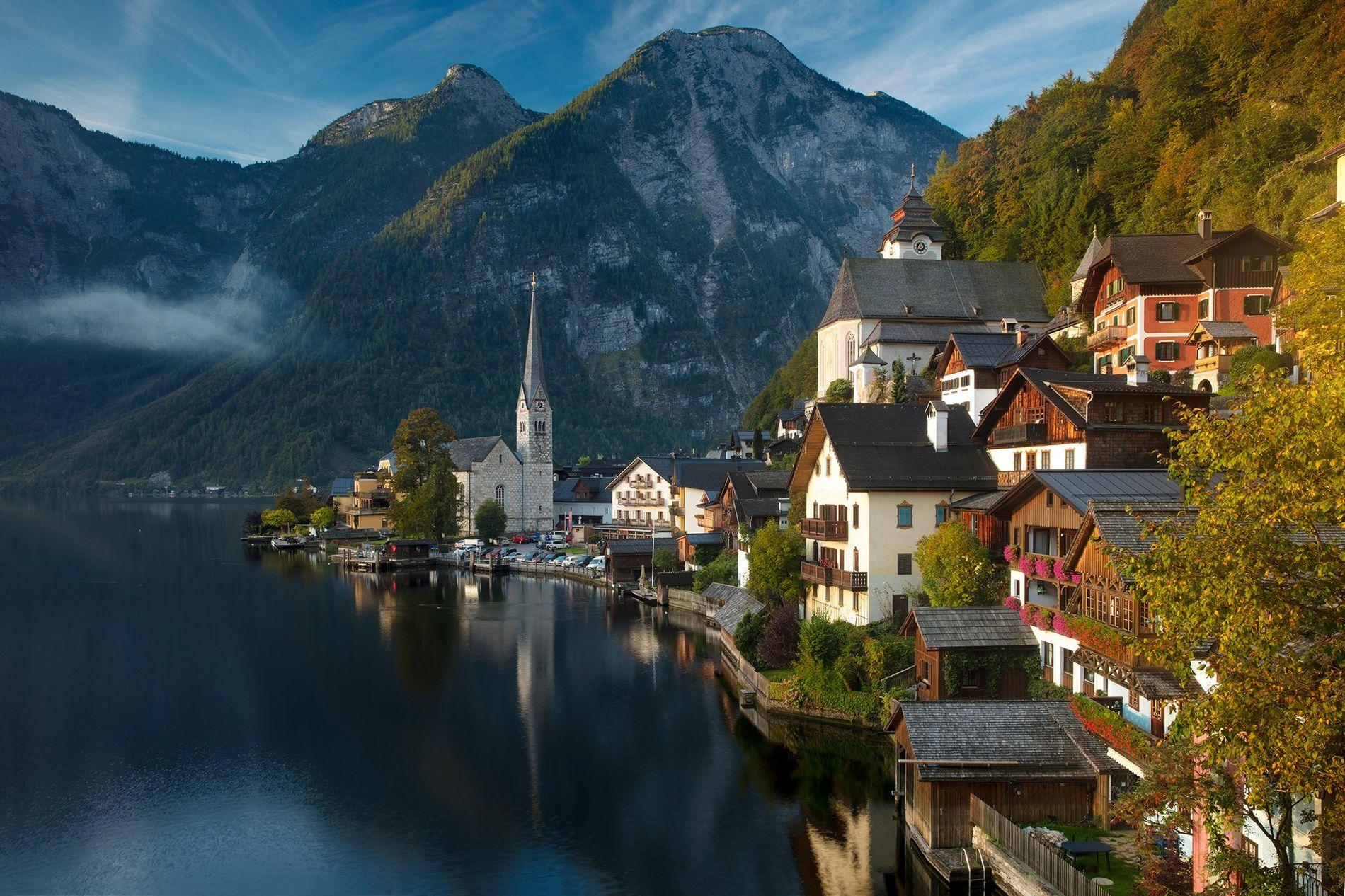 Com vista para o lago homónimo, Hallstatt é uma aldeia encantadora nas montanhas Salzkammergut, na Áustria.