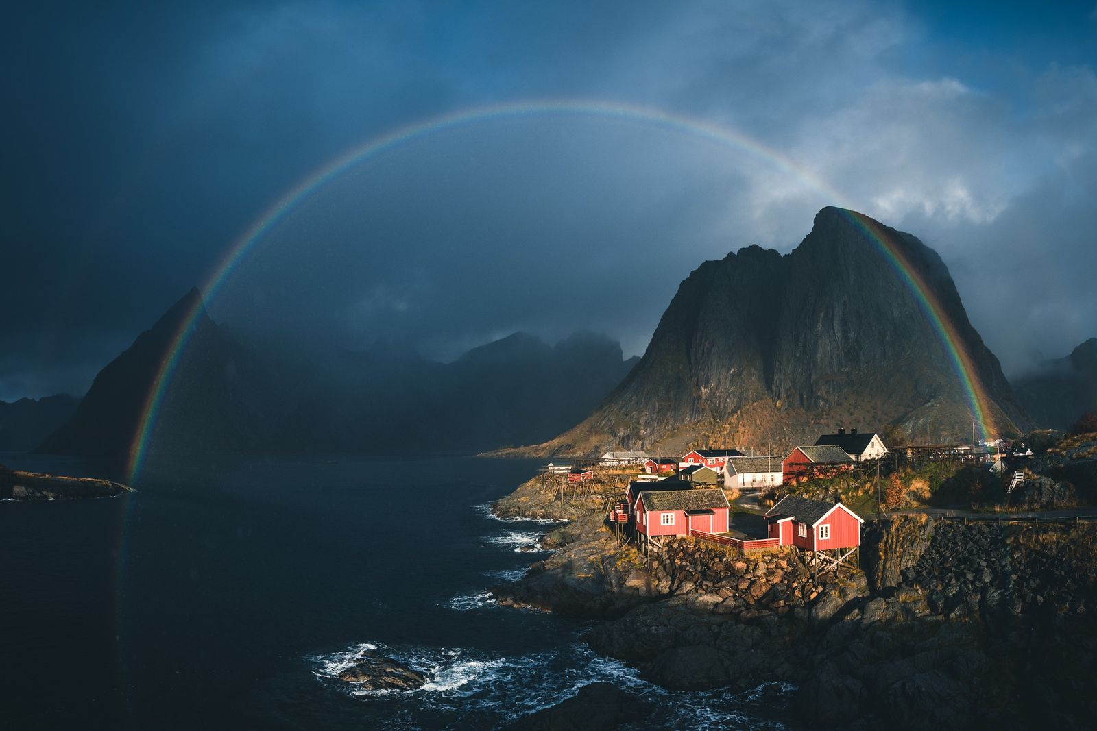 vista panorâmica da famosa estância Eliassen Rorbuer em Lofoten