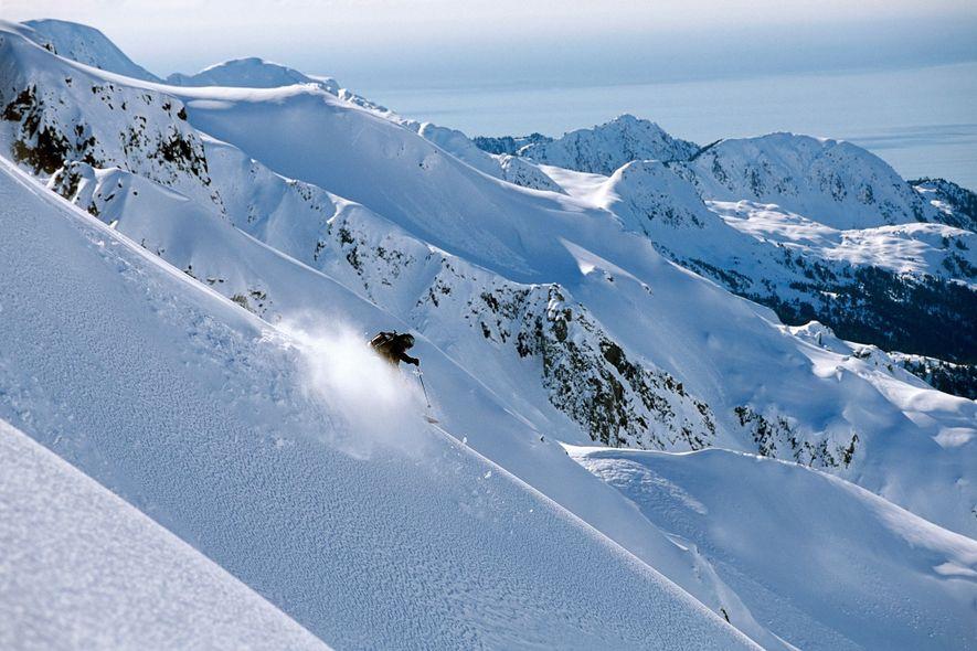 Um esquiador freerider precipita-se montanha abaixo na península Resurrection, no Alasca.