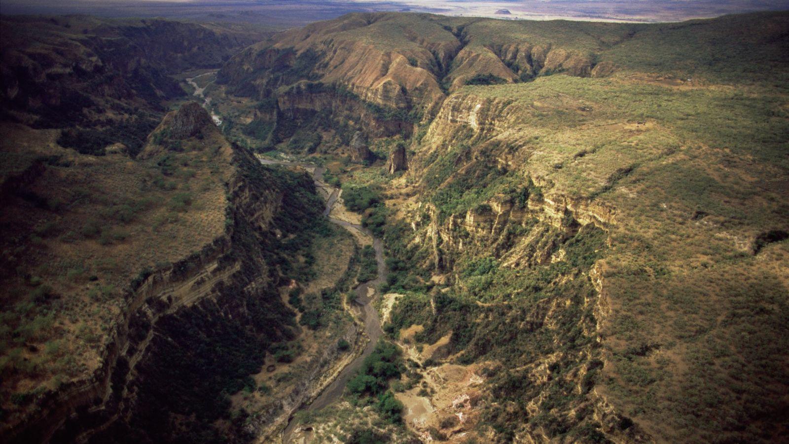 Os trilhos para caminhadas serpenteiam em torno do impressionante desfiladeiro Ol Njorowa, no Parque Nacional Hell's ...