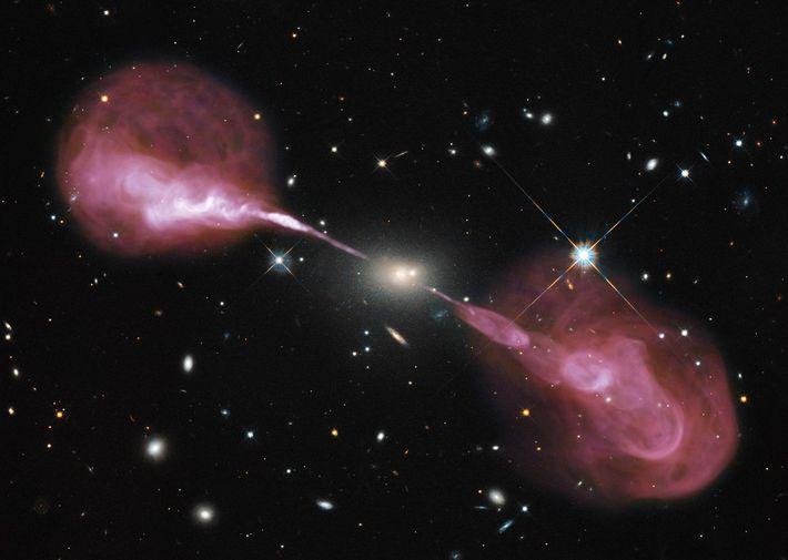 Fotografia de jatos de plasma da radiogaláxia Hercules A.