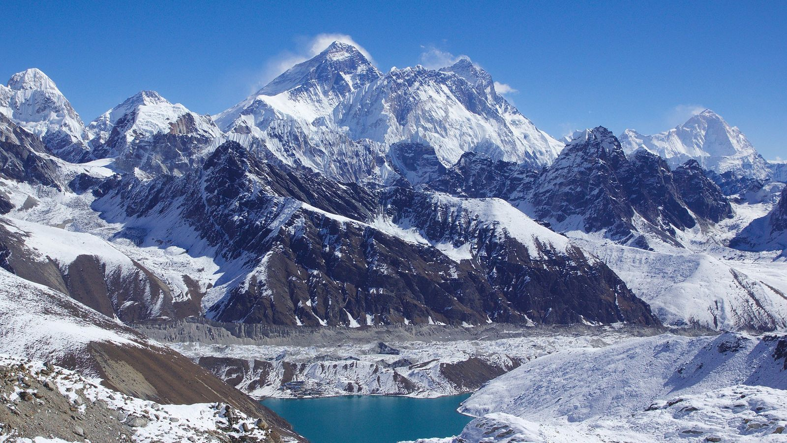 """Finas nuvens circundam três dos cumes dos """"8000-ers"""": Monte Evereste (cume central),  Lhotse (à direita), e ..."""