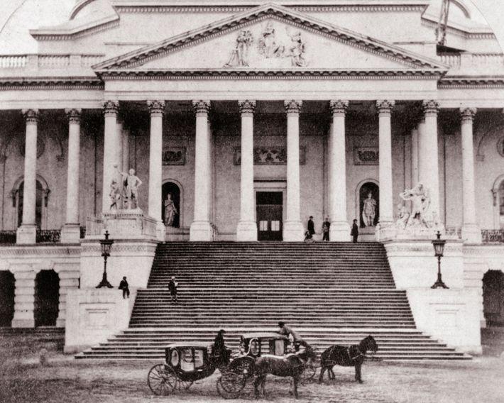 Duas carruagens com cavalos em frente ao edifício do Capitólio dos EUA, em Washington, na década ...