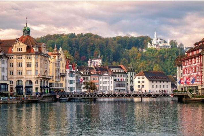 """A """"Altstadt"""" de Lucerna, ou """"Cidade Velha"""", com o rio Reuss."""