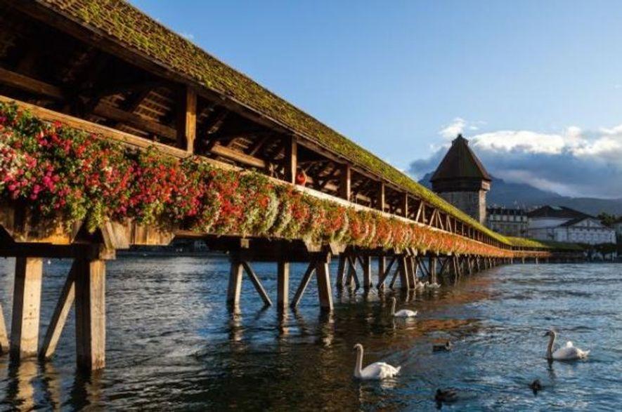 A Ponte da Capela, uma ponte de madeira do século XIV, é a ponte coberta mais antiga da Europa.