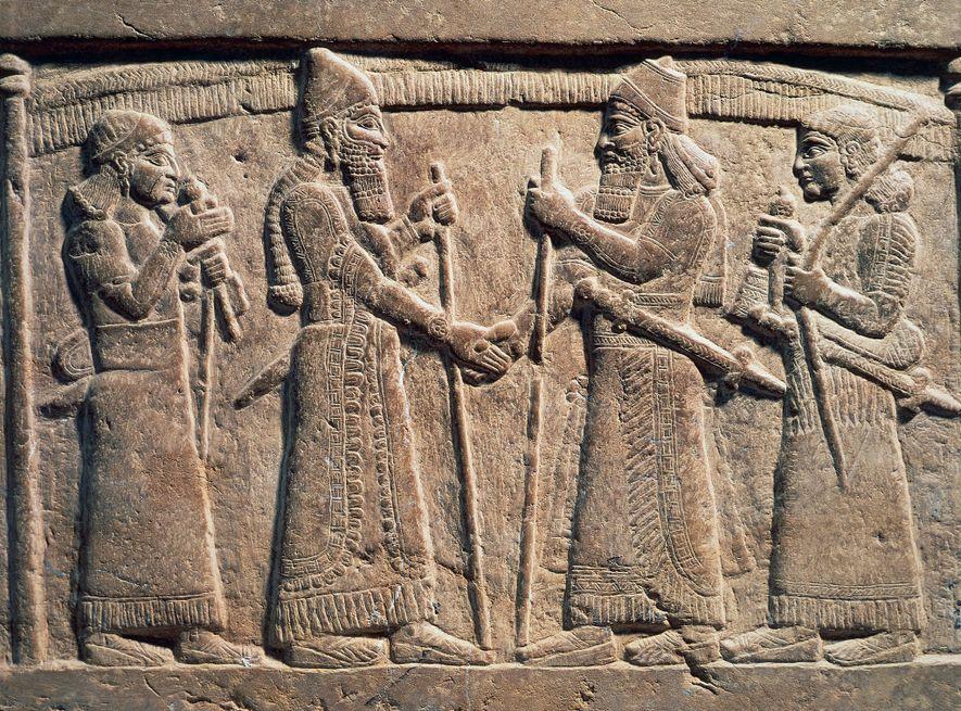Um relevo de pedra do século IX a.C mostra o rei Salmanaser III da Assíria a ...