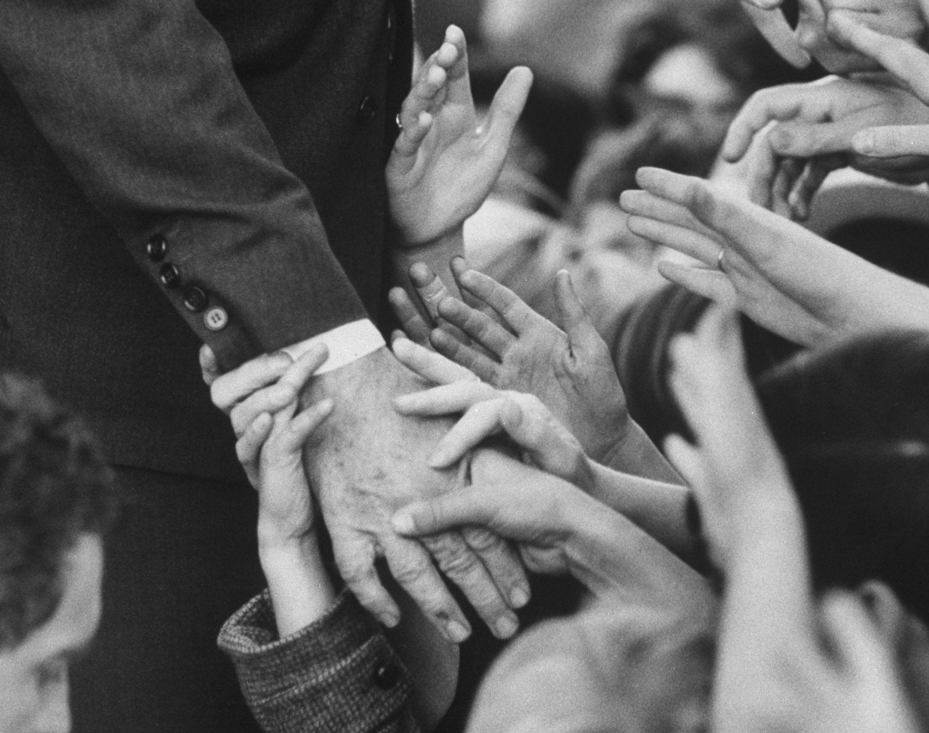 A História do Aperto de Mão Pode Explicar os Contactos de Proximidade com Estranhos