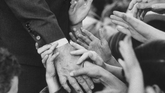 O aperto de mão tem sido usado para diferentes propósitos durante milhares de anos. Nesta imagem, ...