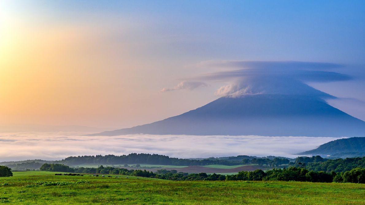 Com uma nuvem a ocultar o cume e uma névoa espessa a seus pés, o Monte ...