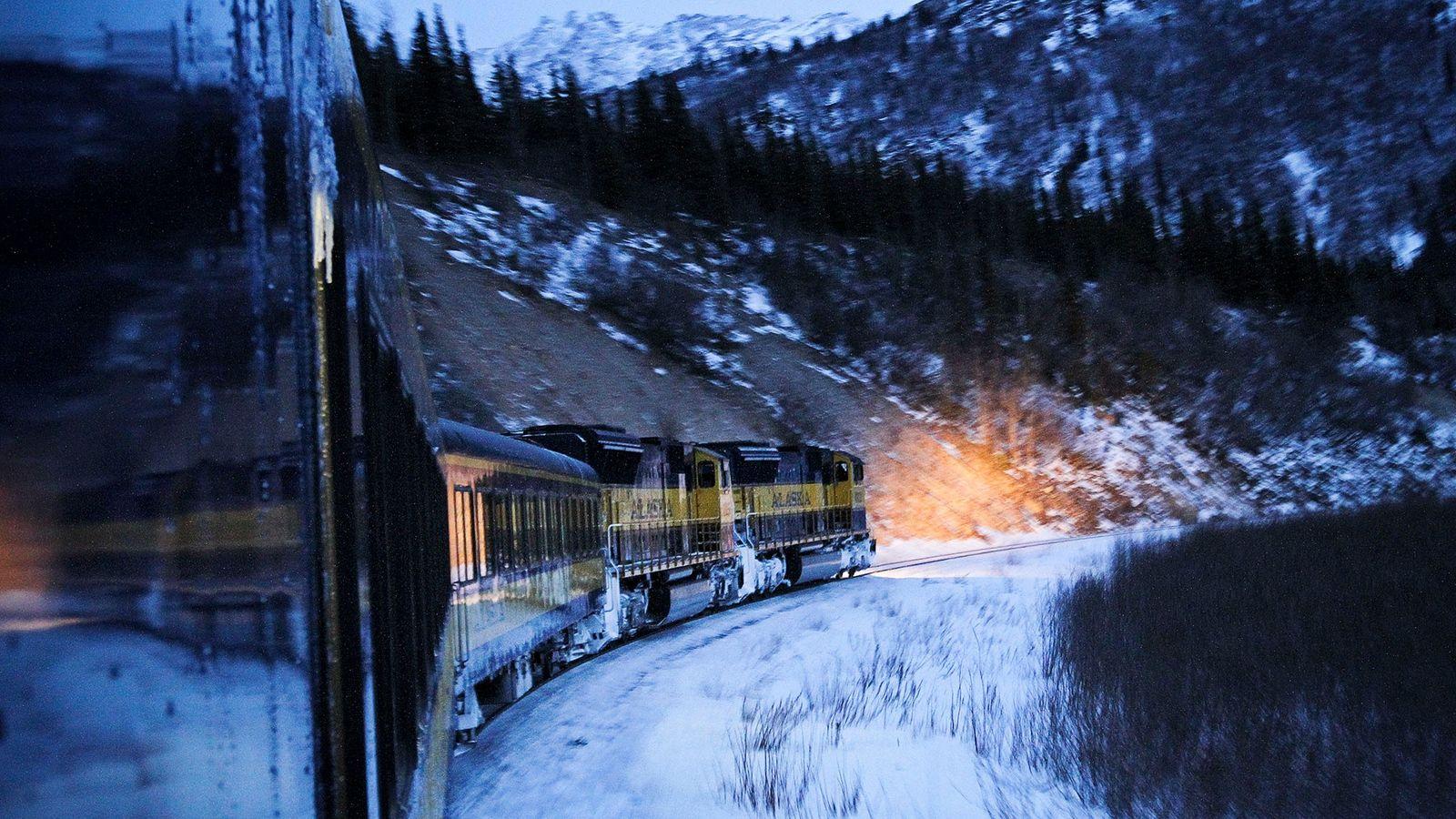 O Aurora Express, no Alasca, atravessa mais de 480 quilómetros de florestas nevadas, montanhas e tundra, ...