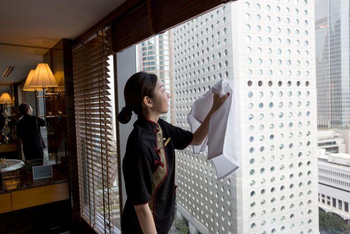 Muitos quartos de hotel, como este no Hotel Mandarin Oriental, em Hong Kong, são cuidadosamente limpos. ...