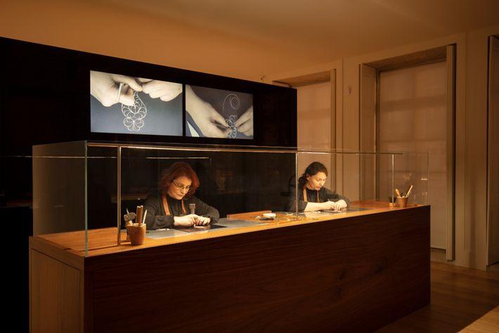 Artesãs a trabalhar durante o horário de funcionamento do museu, no atelier da House of Filigree. ...