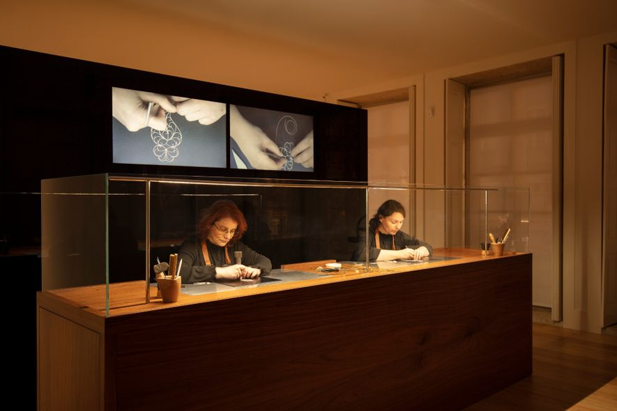 Artesãs a trabalhar durante o horário de funcionamento do museu, no atelier da House of Filigree.