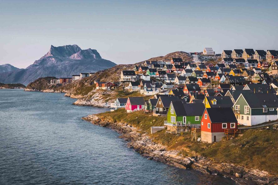 Durante o verão, o sol da meia-noite ilumina as casas multicoloridas de Nuuk, capital da Gronelândia.