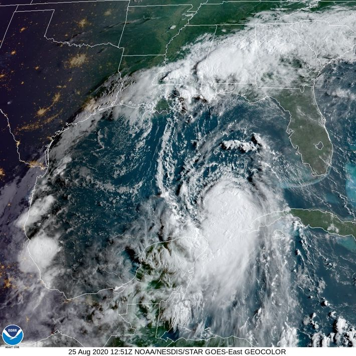 Uma imagem de satélite da tempestade tropical Laura captada no dia 25 de agosto. Previa-se que ...