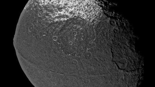 A Lua de Saturno Tem a Mais Estranha Cadeia de Montanhas do Sistema Solar