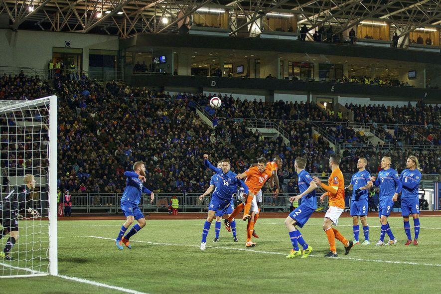 A seleção islandesa jogou contra a Holanda durante a fase de qualificação de grupos para o ...