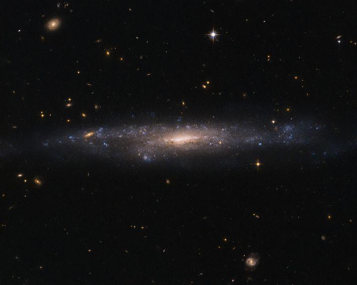 Galáxia UGC 477, localizada a 110 milhões de anos-luz, na constelação de Peixes.