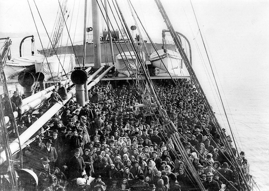 Imigrantes enchem o convés do S.S. Patricia por volta de 1906, uma época em que não ...