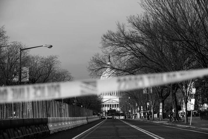 18 de janeiro de 2021: Vedações, barricadas de betão e fitas da polícia delimitam as ruas ...