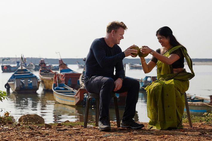 Durante as filmagens em Kannur, na Índia, Gordon Ramsay e a chef Shri Bala provaram sumo ...