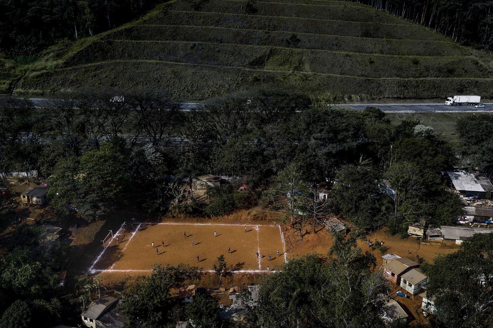 Jovens habitantes da aldeia de Tekoa Pyau disputam um campeonato de futebol durante horas. A terra ...