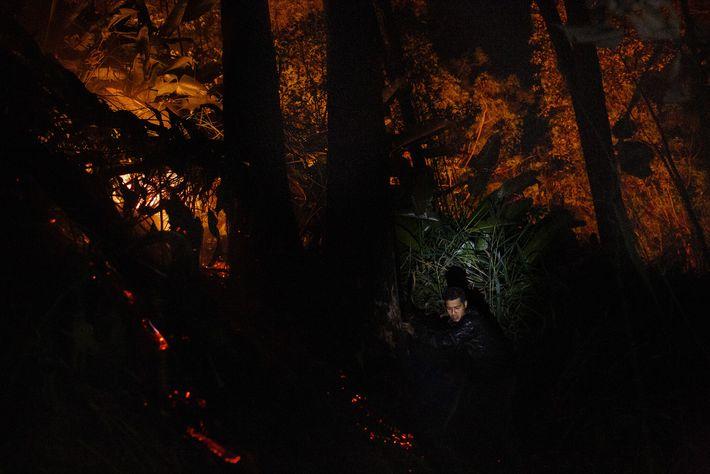 Thiago Karaí Kekupe, um jovem cacique Guarani Mbya, combate um incêndio que a comunidade suspeita ter ...