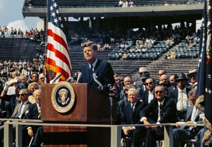 John F. Kennedy faz o seu famoso discurso na Universidade Rice em Houston, no dia 12 ...