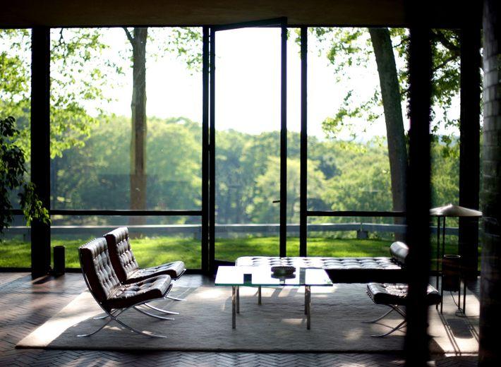 Projetada para se integrar naturalmente na paisagem circundante, a minimalista Casa de Vidro de Philip Johnson ...