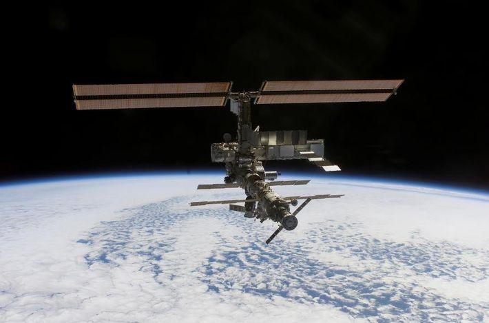 A Estação Espacial Internacional (EEI) está 408 quilómetros acima do nível do mar, orbitando a Terra ...