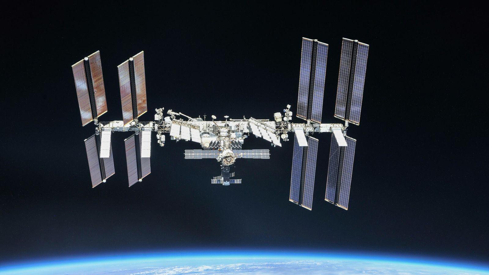 A pairar sobre a Terra e a sua fina atmosfera azul, a Estação Espacial Internacional destaca-se ...