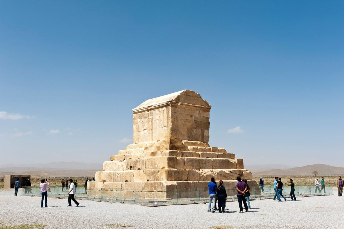 O túmulo de Ciro, o Grande, imperador persa que governou de 559 a 530 a.C., fica ...