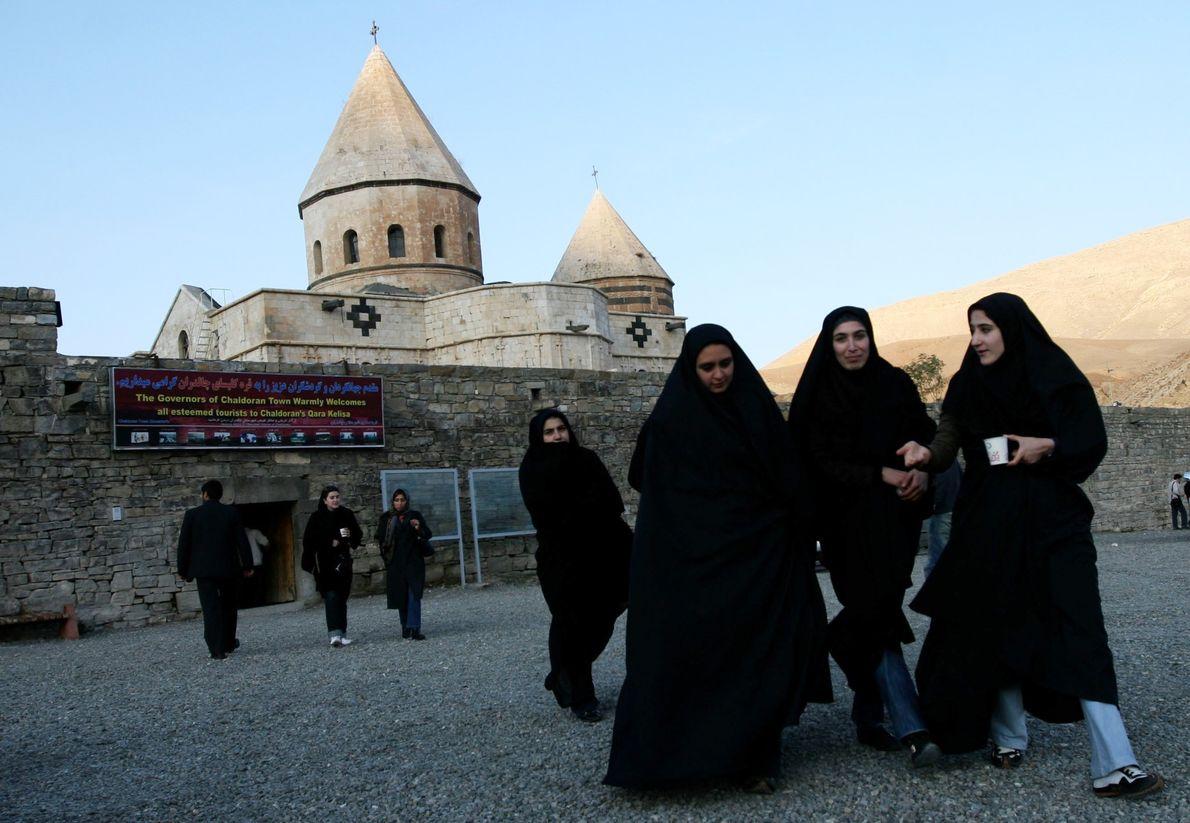 Mulheres iranianas visitam o sítio da UNESCO em Qara Kelisa (Igreja Negra) em Chaldran, no noroeste ...