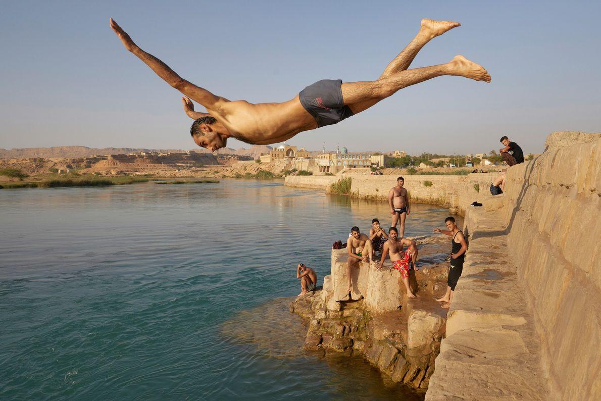 Um homem mergulha no rio Karun, na cidade iraniana de Shustar. O antigo e engenhoso sistema ...