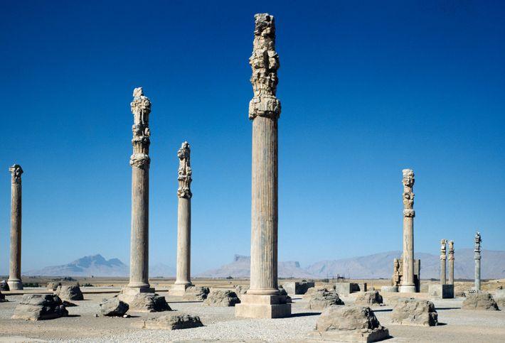 Colunas de um palácio real com 2.500 anos erguidas em Persépolis, a antiga capital persa construída ...